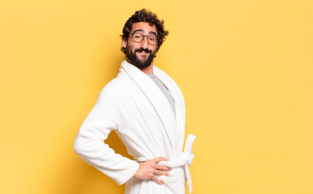 Молодой бородатый мужчина в халате