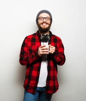 Молодой бородатый мужчина с чашкой кофе