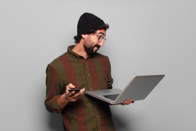 노트북과 수염된 젊은이
