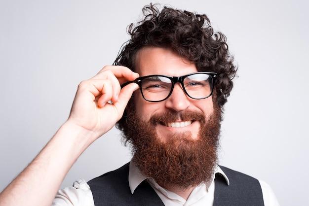 眼鏡をかけた若いひげを生やした男