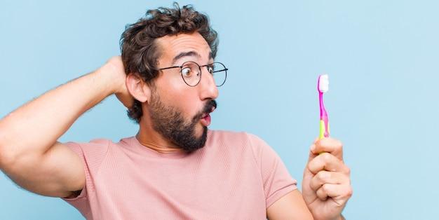 Молодой бородатый мужчина с открытым ртом