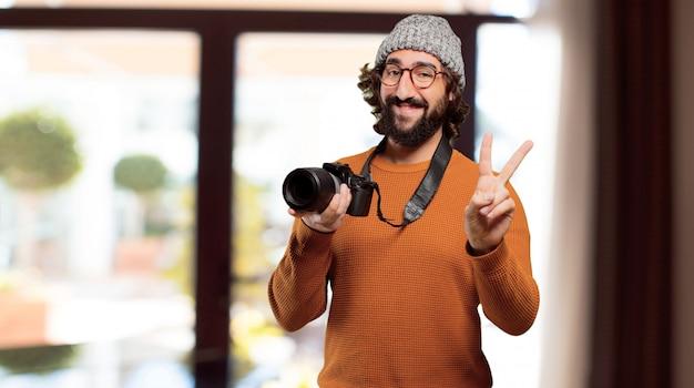 Молодой бородатый человек с фотоаппаратом