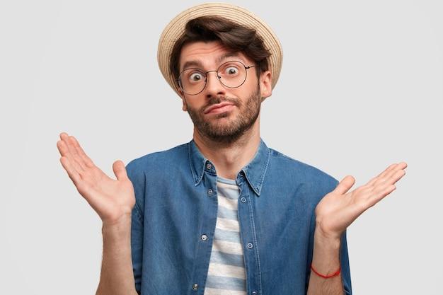 Молодой бородатый мужчина в круглых очках и джинсовой рубашке
