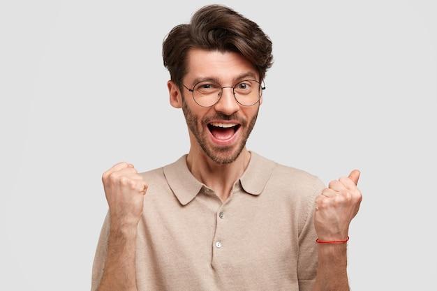 若いひげを生やした丸いメガネの男