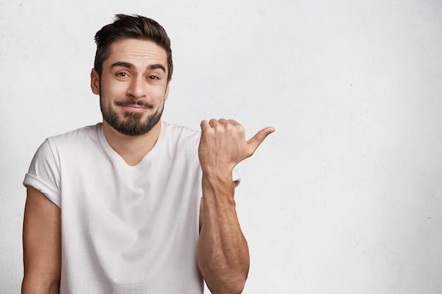 Giovane uomo barbuto con maglietta bianca