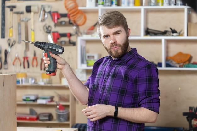 家具工場で働く若いひげを生やした男