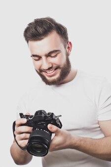 디지털 카메라로 사진을 찍는 젊은 수염 된 사진 작가