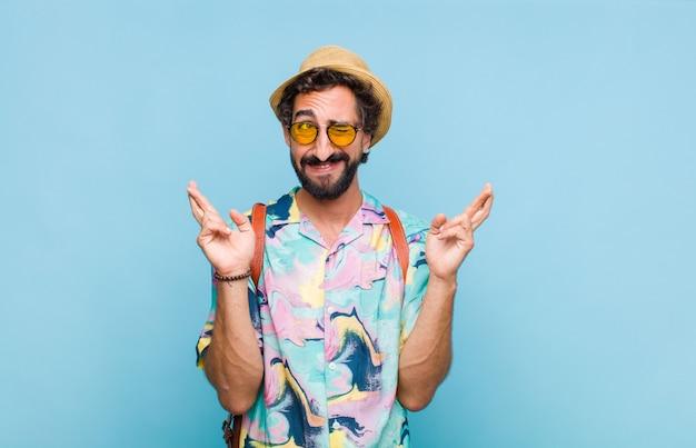 Молодой бородатый турист, нервничающий и полон надежд