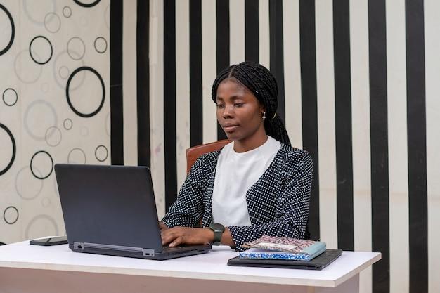 그녀의 노트북을 작동 하는 젊은 아름 다운 아프리카 비서