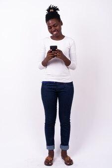 孤立した若い美しいアフリカの女性