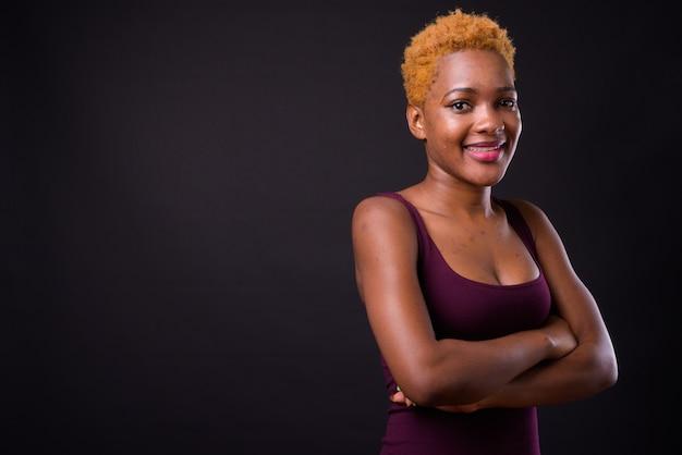 Молодая красивая африканская женщина на черном
