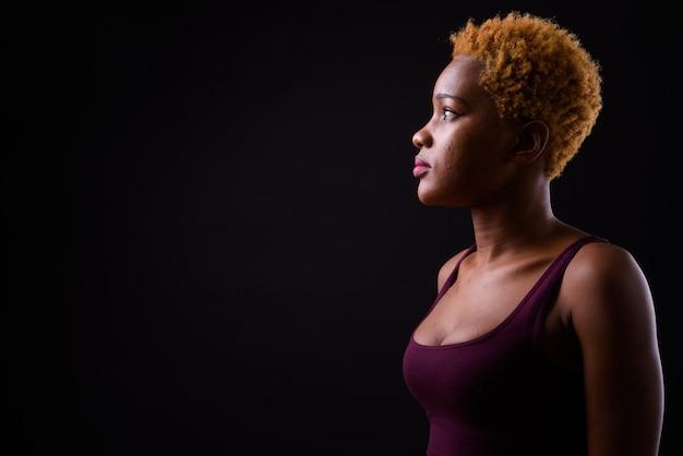 블랙에 젊은 아름 다운 아프리카 여자