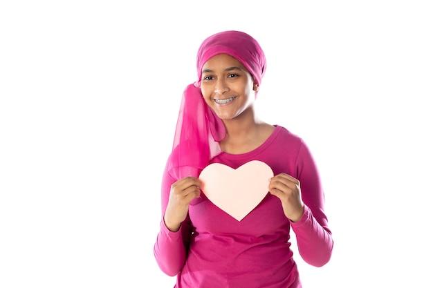 Молодая красивая африканская женщина в розовом платке, изолированном на белом фоне