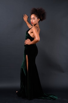 블랙에 아프로 머리를 가진 젊은 아름 다운 아프리카 여자