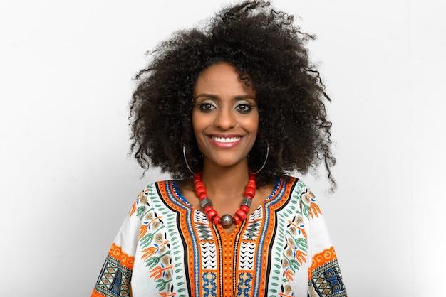 伝統的な服を着てアフロの髪を持つ若い美しいアフリカの女性