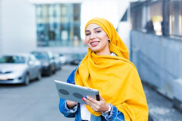 ヒジャーブを身に着けている若い美しいアラブの女性