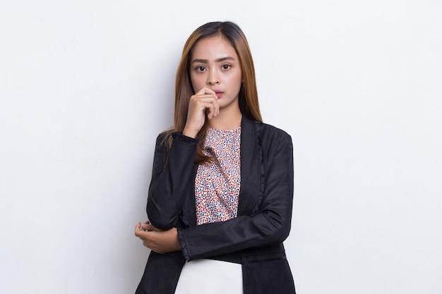 白い背景で隔離のアイデアを考える若い美しいアジアのビジネス女性
