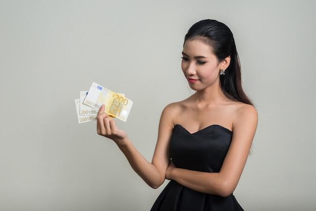 공백에 대 한 젊은 아름 다운 아시아 사업가