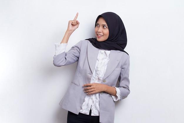 Идея мышления молодой красивой азиатской мусульманской женщины изолирована на белом фоне
