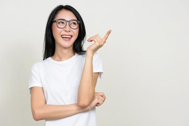 孤立した眼鏡をかけている若い美しいアジアのオタク女性