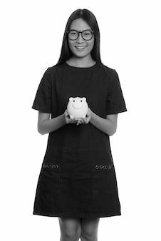 흑인과 백인 흰 벽에 고립 된 젊은 아름 다운 아시아 십 대 소녀