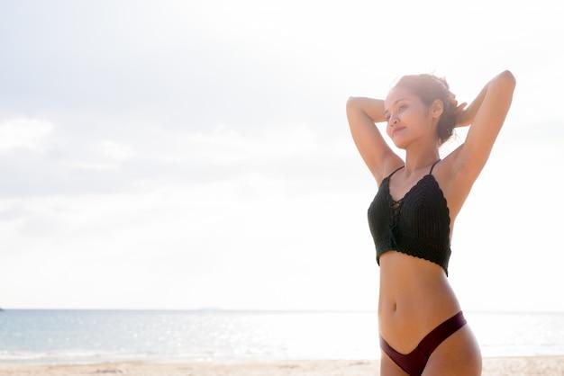 休暇を楽しんでいる若い美しいアジア観光女性 Premium写真