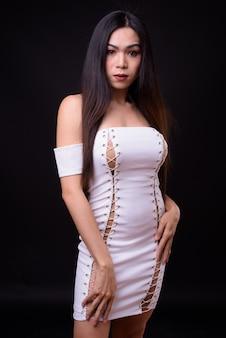 블랙에 대 한 젊은 아름 다운 아시아 트랜스 젠더 여자
