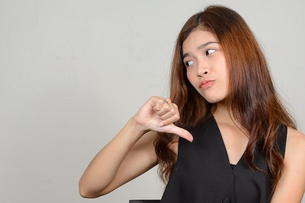 白いスペースに対して若い美しいアジアの女性