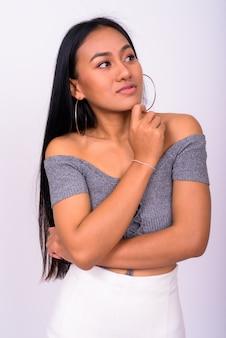 흰 벽에 젊은 아름 다운 아시아 여자