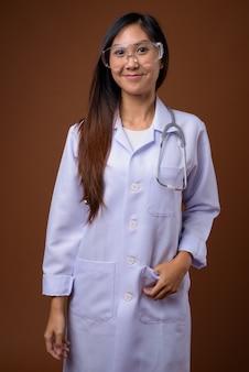 Молодая красивая азиатская женщина-врач в защитных очках ag