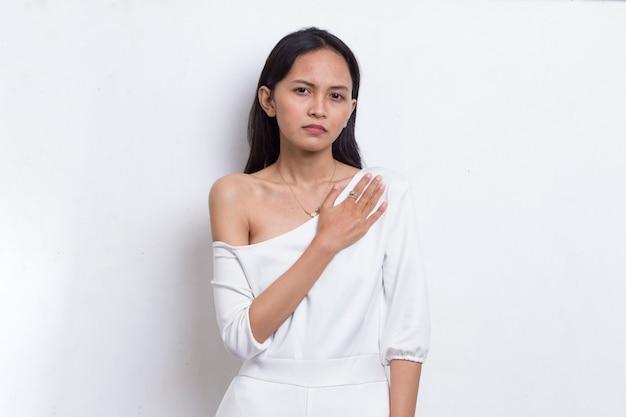 Молодая красивая азиатская женщина с сердечным приступом изолирована на белом фоне