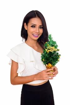 행복 한 새 해 나무를 들고 젊은 아름 다운 아시아 여자는 흰색에 고립