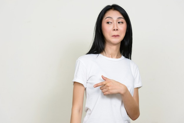 Молодая красивая азиатская женщина изолирована