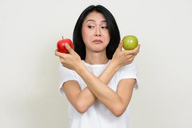 고립 된 젊은 아름 다운 아시아 여자