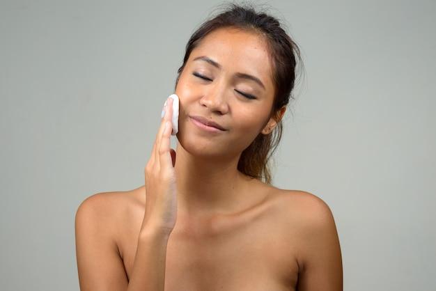 Молодая красивая азиатская женщина без рубашки как концепция здоровья и красоты