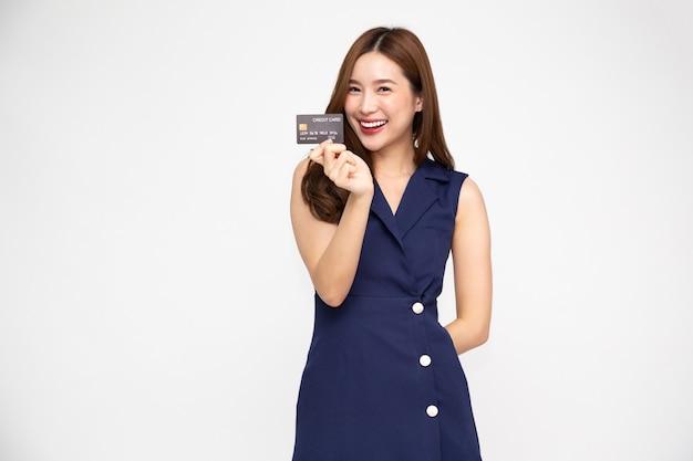 젊고 아름다운 아시아 여성이 웃고, 보여주고, 흰색 배경에 격리된 신용카드를 제시하고, 태국 모델
