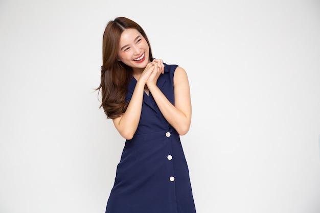 젊은 아름다운 아시아 여성의 놀라움과 기쁨은 흰색 배경에 격리되어 흥분된 개념입니다.