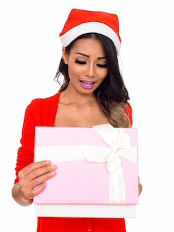 젊은 아름 다운 아시아 여자 란제리를 입고 흰색에 고립 된 크리스마스 준비