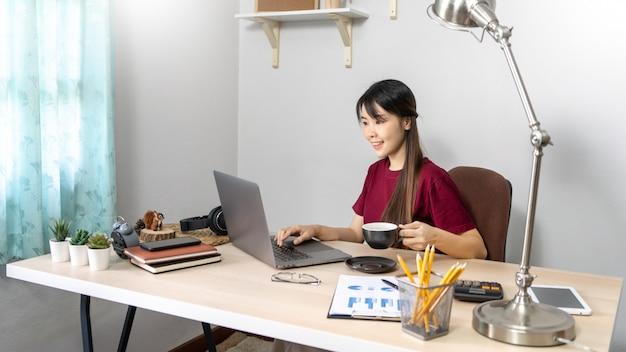 집에서 일하는 젊은 아름 다운 아시아 여자
