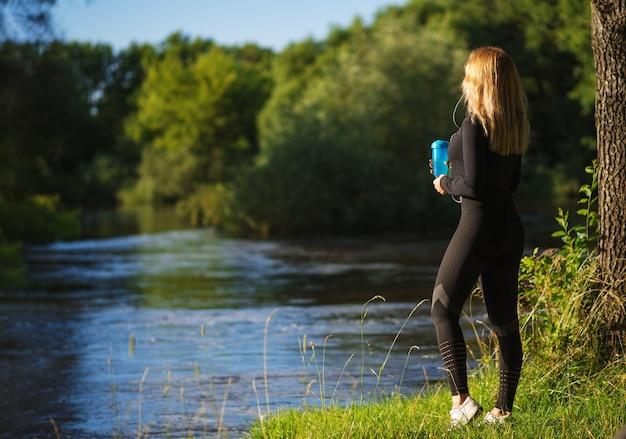 若い美しい運動女性はアクティブなライフスタイルをリードします