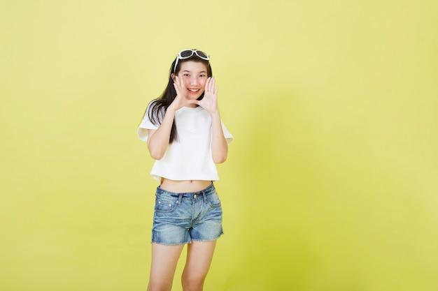 Молодая красивая привлекательная азиатская женщина кричала