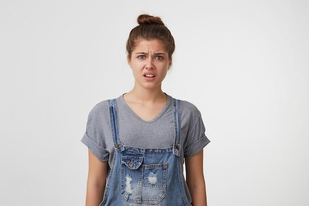 전체 데님을 입은 젊은 아름다운 매력적인 여자가 화가 보인다