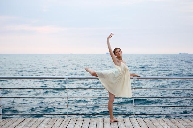 춤과 외부 포즈 젊은 아름다운 발레리나