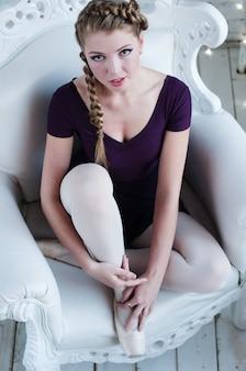 ドレスを着た若い美しいバレリーナ