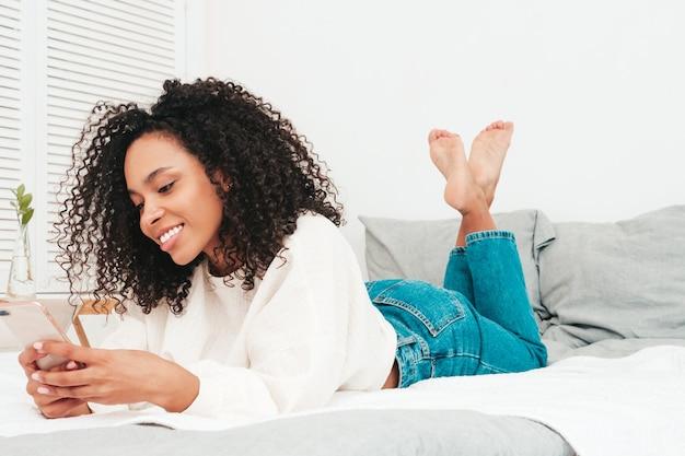 アフロカールの髪型を持つ若い美しい黒人女性