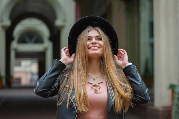 黒い帽子をかぶった若い美しいブロンド。コピースペース付きバナー
