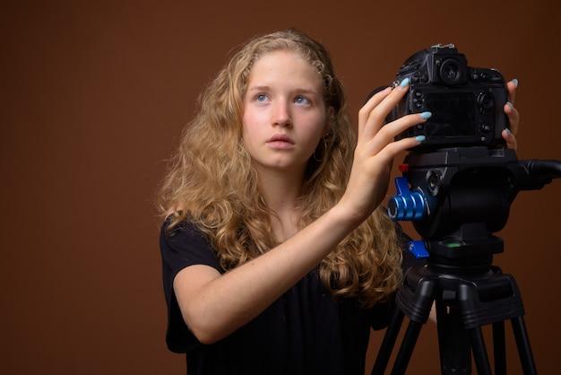 茶色の若い美しい金髪の10代の少女