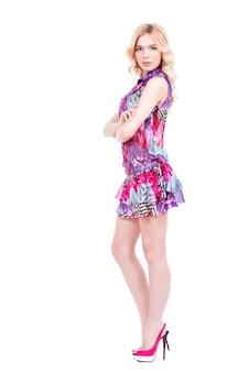 Молодая красивая блондинка женщина на высоких каблуках позирует - изолированные