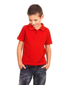 Молодой красивый мальчик позирует фотомоделью.