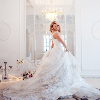 豪華なウェディングドレスの若い美しい花嫁。